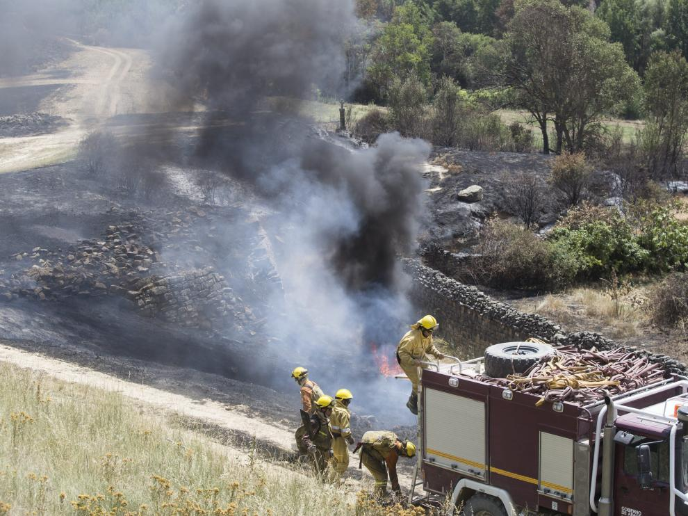 Los bomberos trabajan en el incendio de las Cinco Villas
