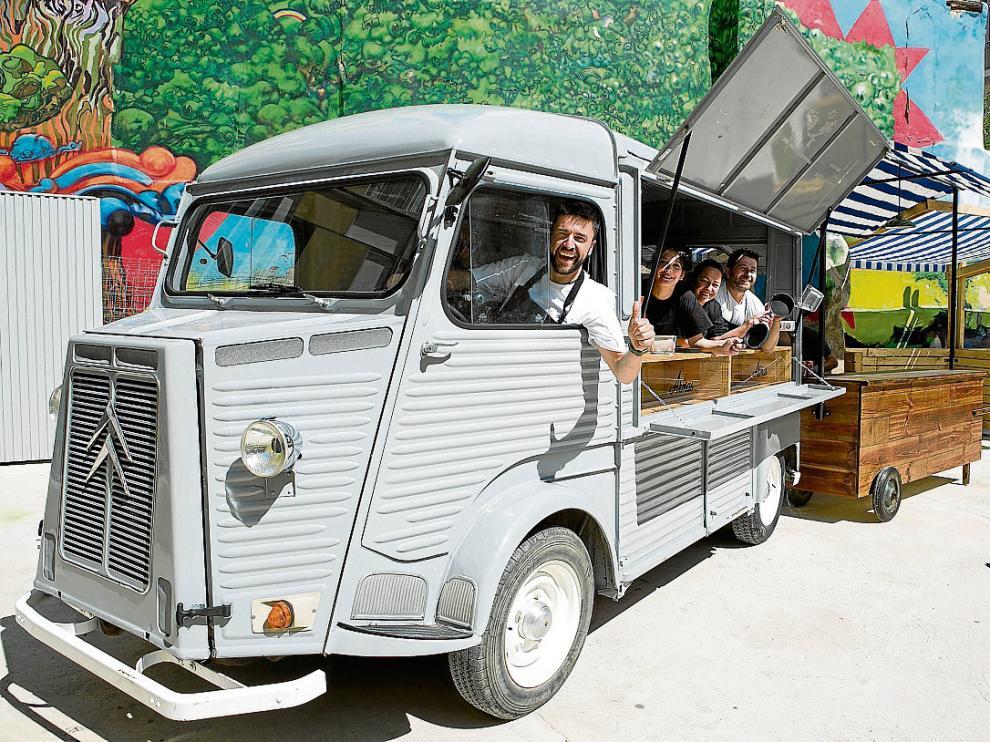 Daniel Yranzo, al volante, y su equipo, en la camioneta con la que participará en el Food Truck Tour.