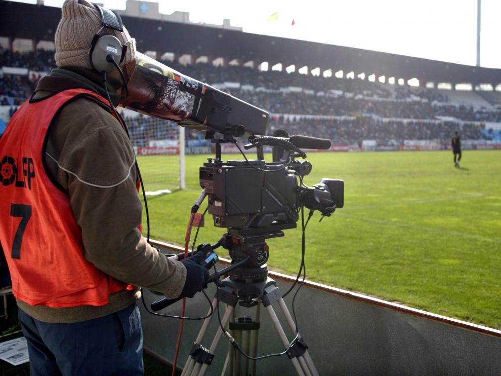 Una cámara de televisión graba un partido del Real Zaragoza