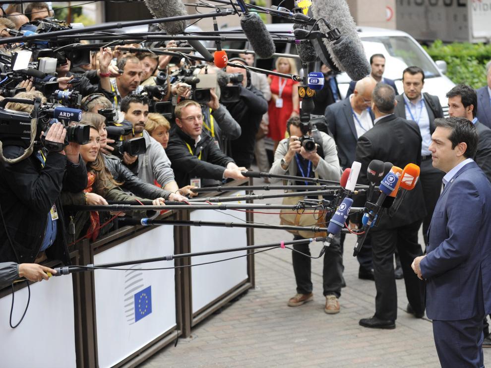 Tsipras atiende a los medios antes de la reunión