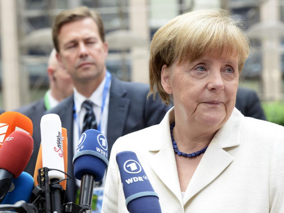 Merkel atiende a los medios antes de la reunión
