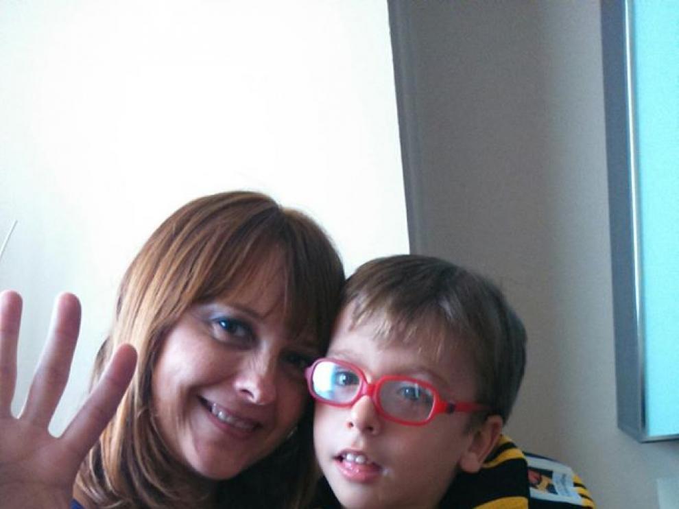 Eric, junto a su madre.