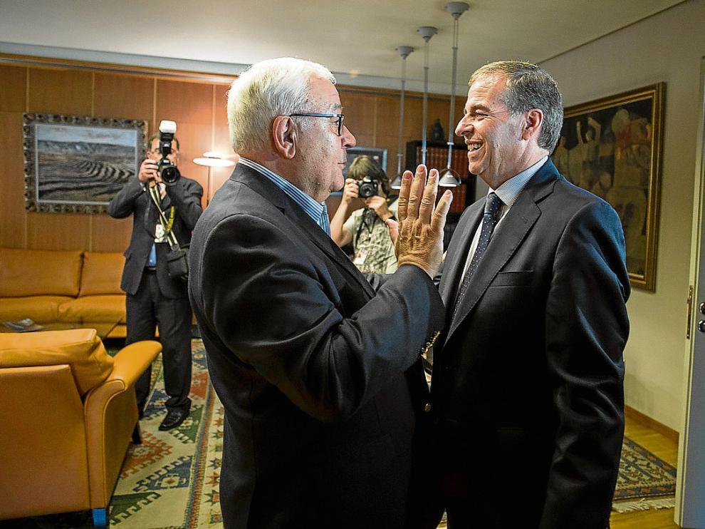 El presidente saliente, José Ángel Biel, con su sustituto, Antonio Cosculluela, el pasado jueves. j.