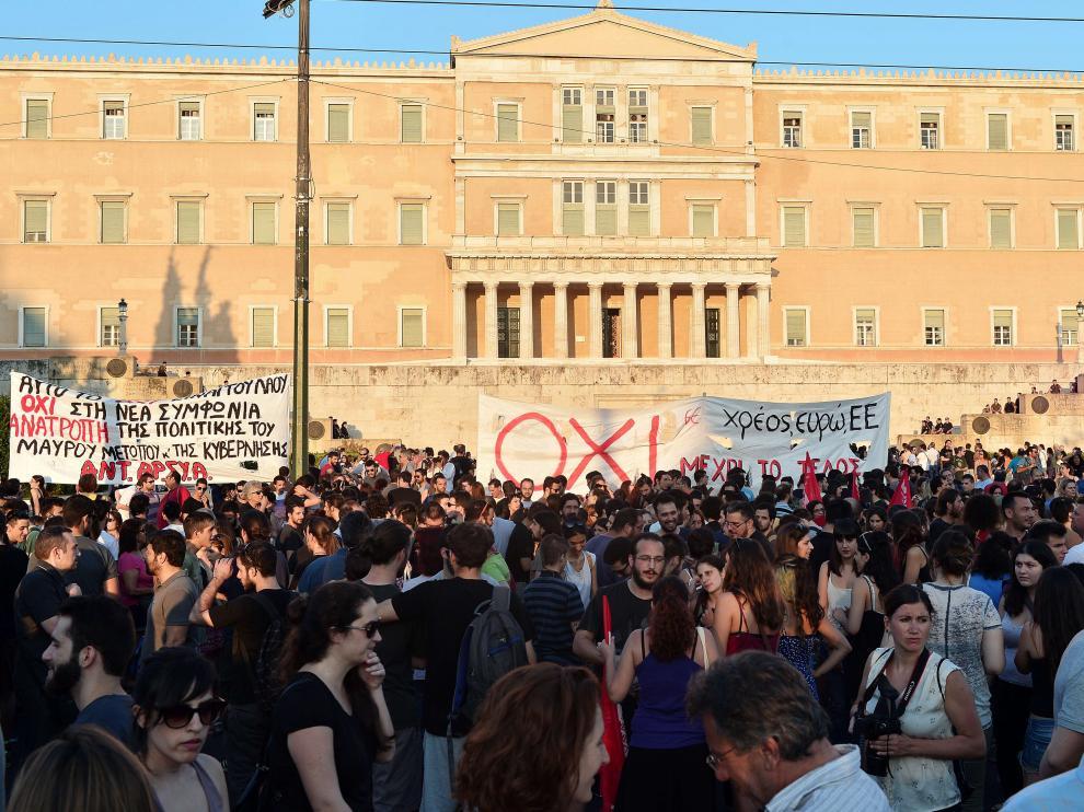 Decenas de personas protestaban este lunes tras el acuerdo en Atenas.