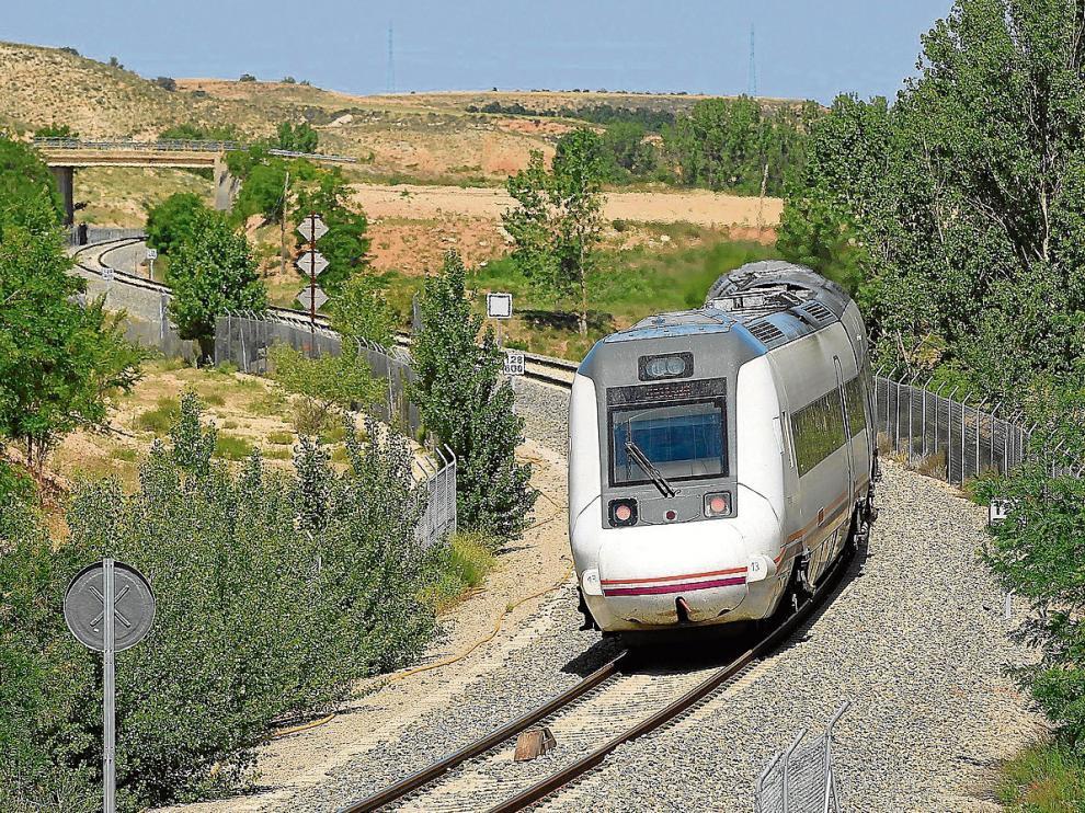 Un tren circula entre Teruel y Cella, un tramo con limitación de velocidad.