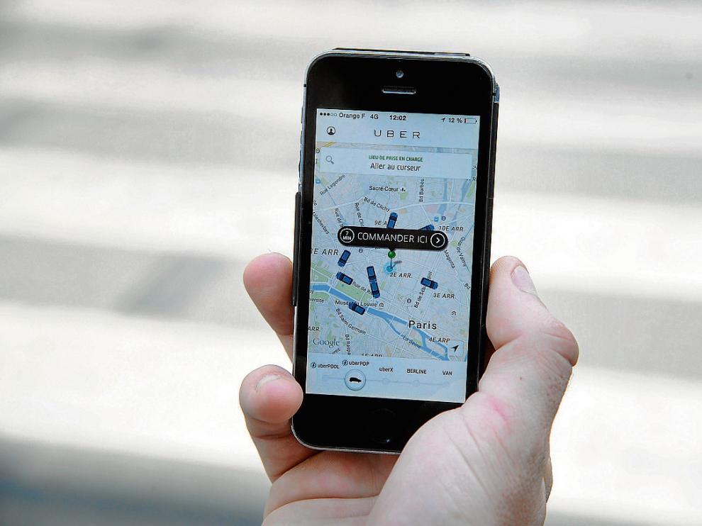 Un ciudadano utiliza la versión francesa de Uber que facilita el transporte en las ciudades.