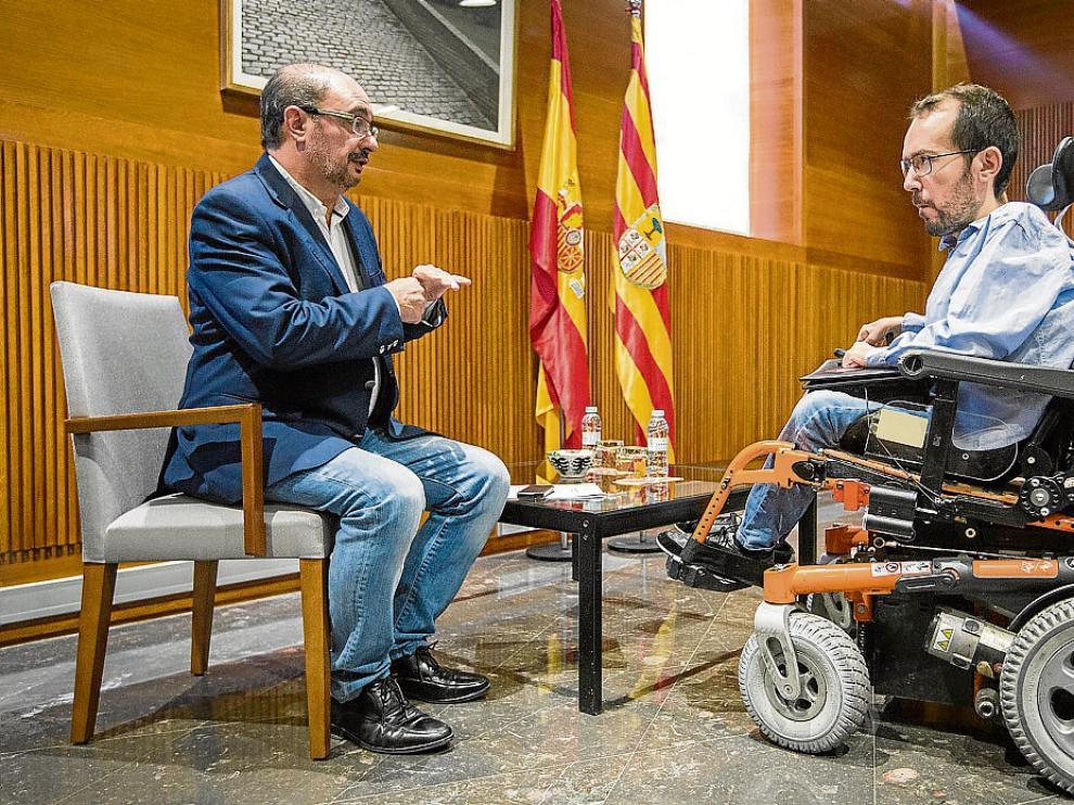 El líder del PSOE, Javier Lambán, y el de Podemos, Pablo Echenique, ayer, en las Cortes.