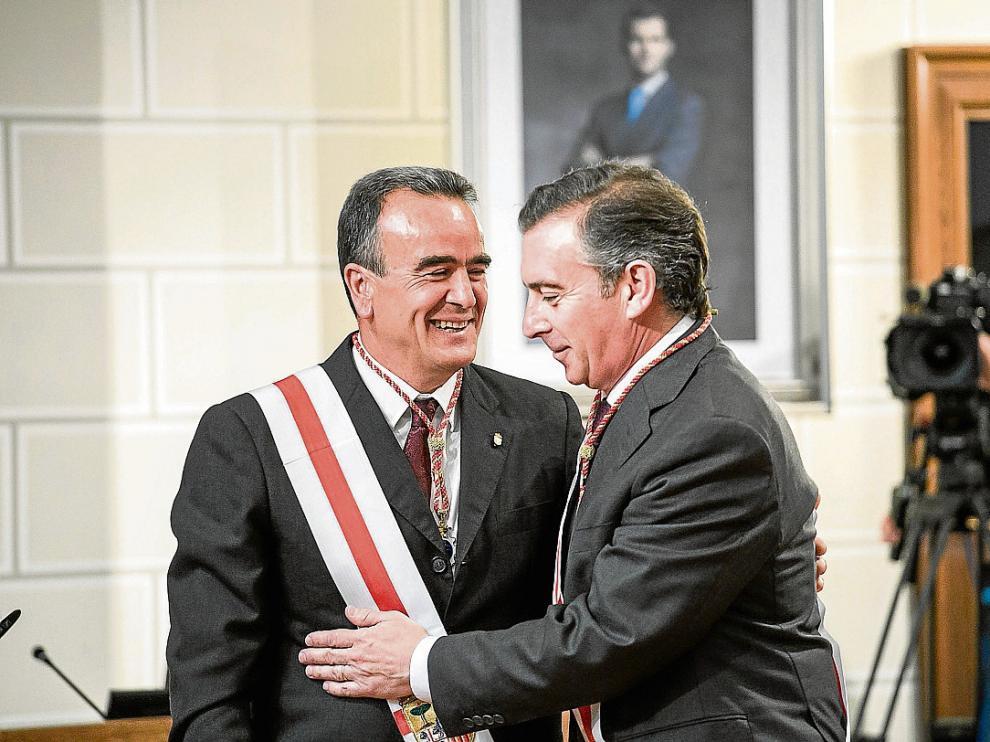 Sánchez Quero (izquierda) recibe la felicitación de su antecesor, Luis María Beamonte.