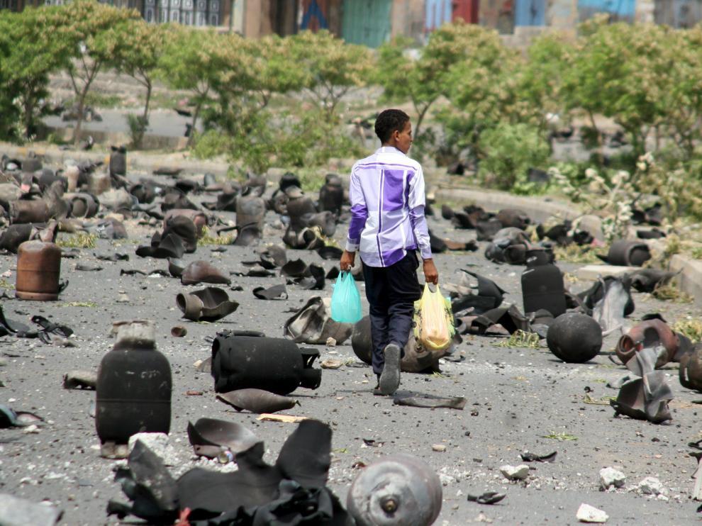 Un niño camina por la calle tras los bombardeos.