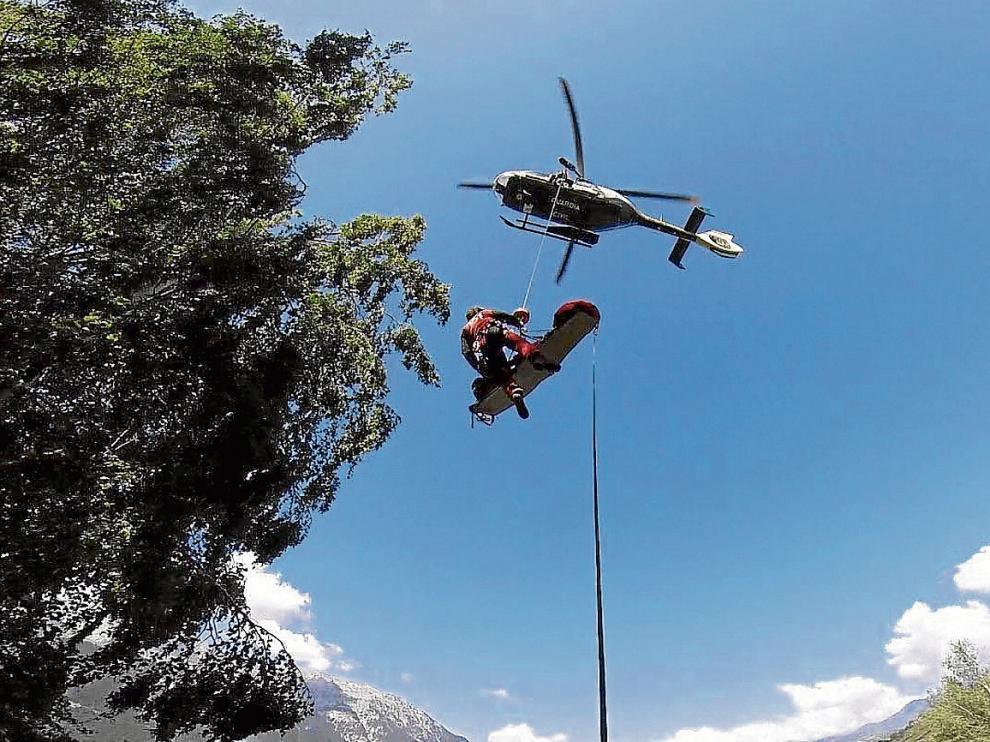La Guardia Civil evacuó a los dos heridos con sendos ciclos de grúa.