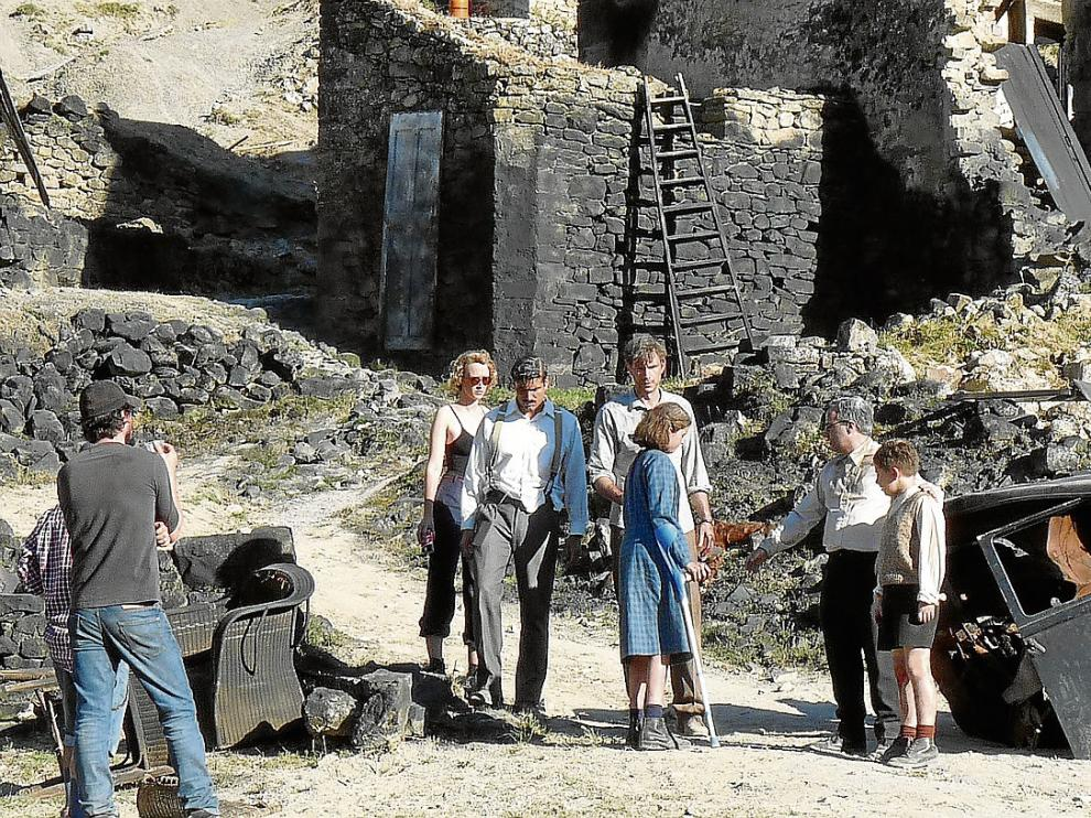 Varios actores, entre ellos tres de los protagonistas, ruedan una escena ayer en Escó.