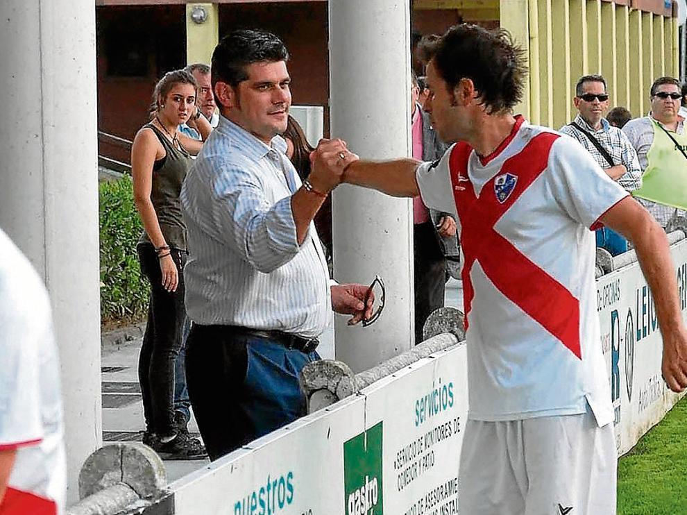 Fernando Losfablos y el capitán Juanjo Camacho se saludan en un encuentro de la temporada.