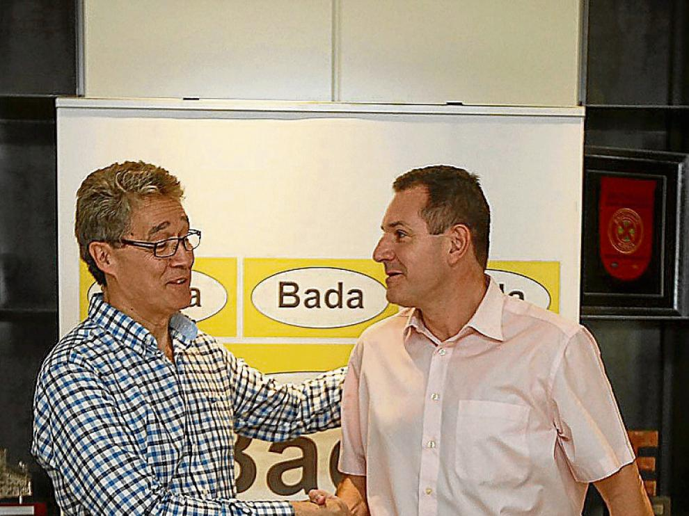 Apretón de manos de Pachí Giné y José Ramón Lanceta.