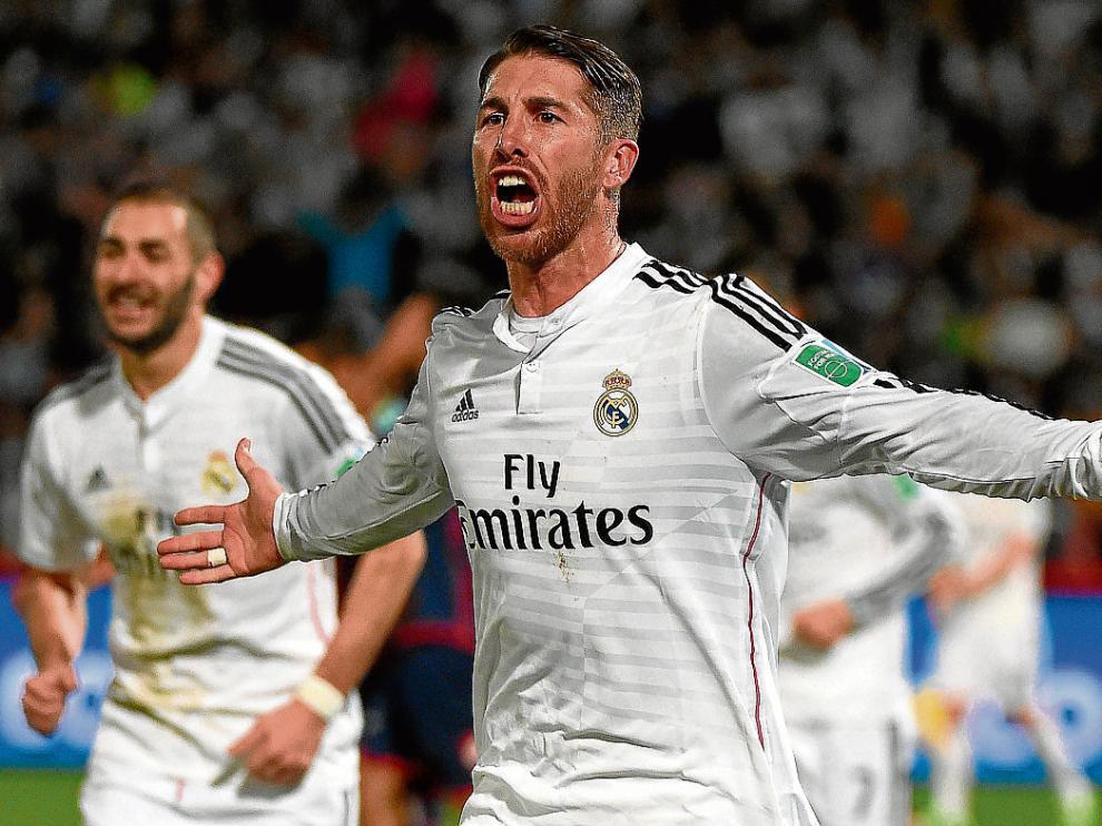 Sergio Ramos celebra un gol marcado con el Real Madrid. Detrás, Benzema.
