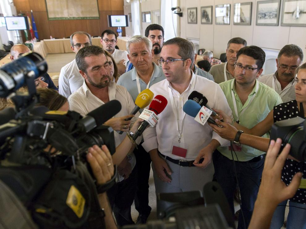 Parlamento andaluz acuerda desalojar a alcaldes de IU cuando acabe el pleno