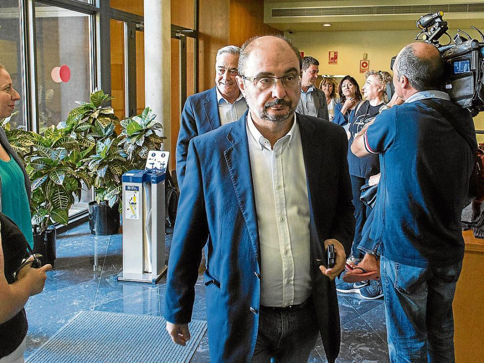 Javier ?Lambán, antes de participar en las Cortes en una reunión con Podemos, CHA e IU.