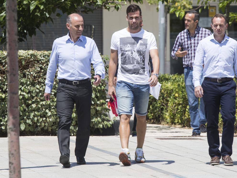 El director deportivo, Martín González, y el presidente, Christian Lapetra, junto a Ortuño