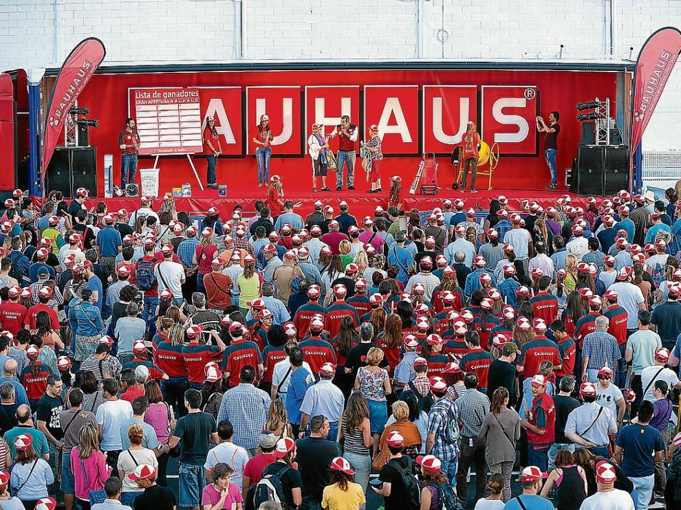 Alrededor de 4.000 personas se acercaron al centro para optar a uno de los regalos que se repartían.