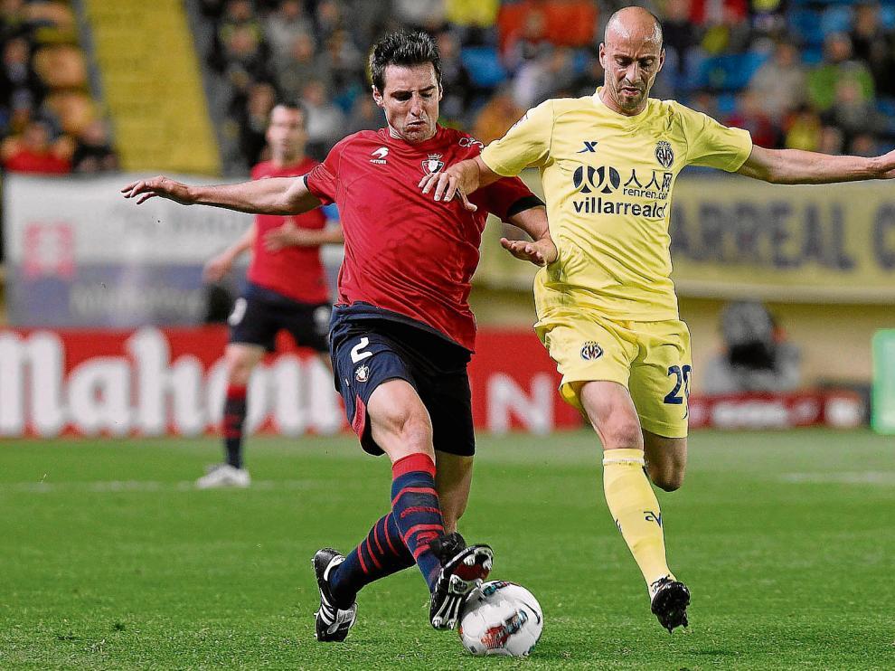 Marc Bertrán, a la izquierda, con la camiseta de Osasuna, controla un balón ante Borja Valero, exfutbolista del Villarreal.