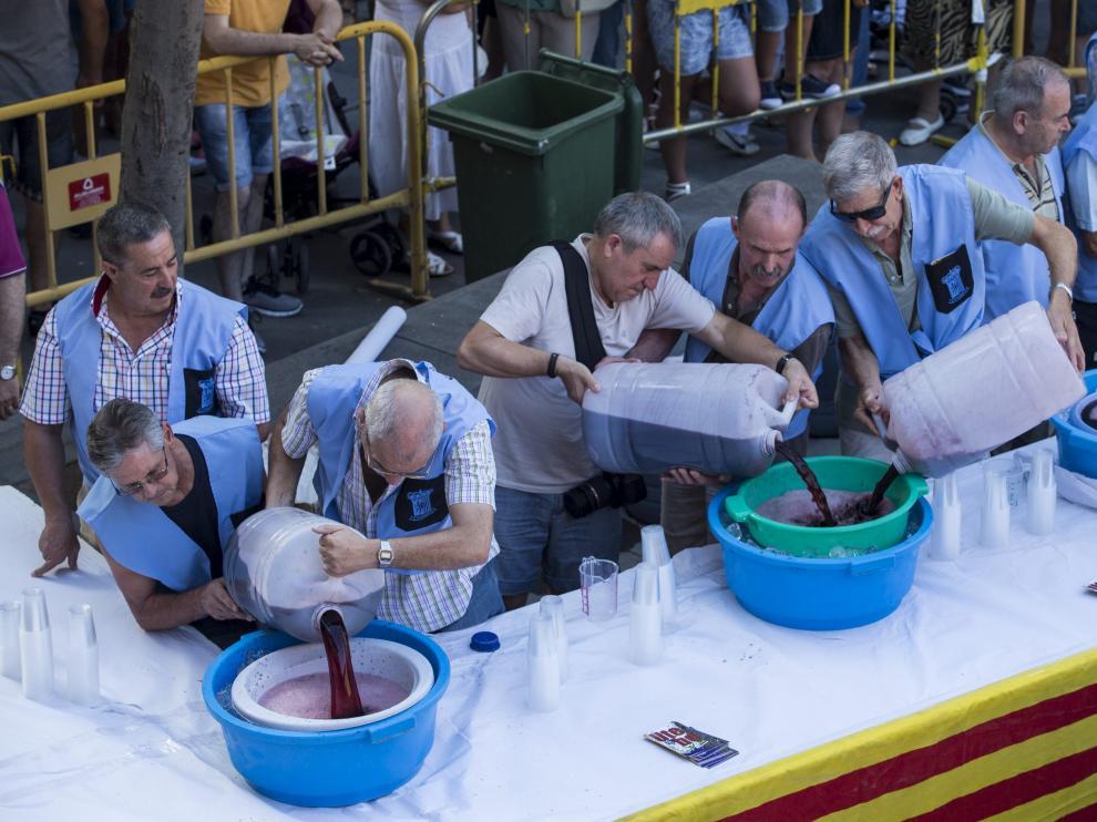Los hombres de la peña El Cohete prepararon la sangría, que se repartió con rosquillas.
