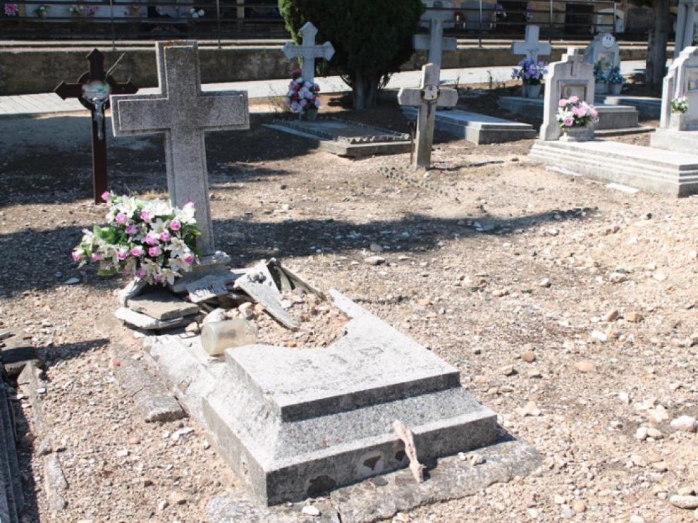Imagen del estado de una sepultura del cementerio antiguo.