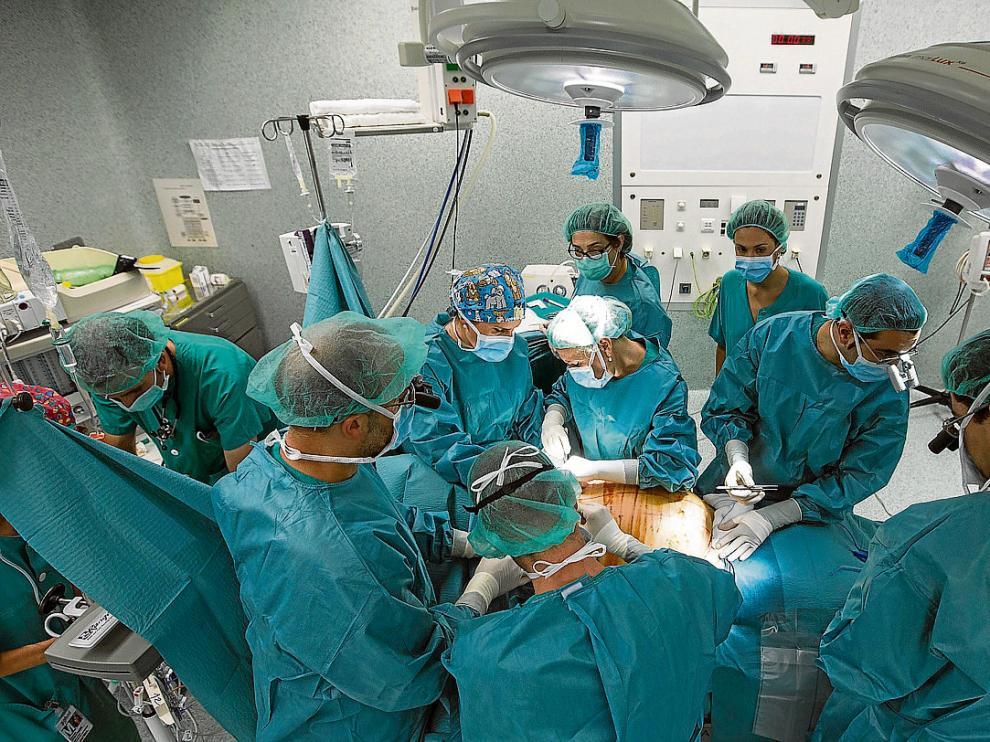Un equipo de unos 15 cirujanos, anestesistas, enfermeros y auxiliares participaron en la operación.