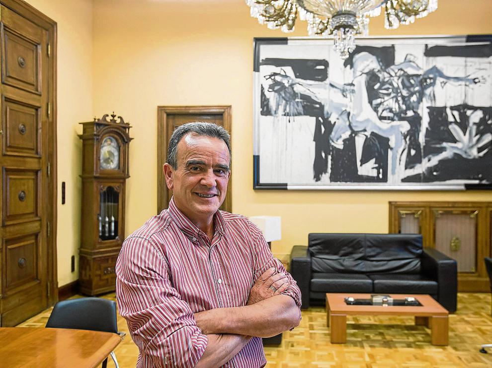 El socialista Juan Antonio Sánchez Quero, ayer, en su nuevo despacho como presidente de la Diputación de Zaragoza.