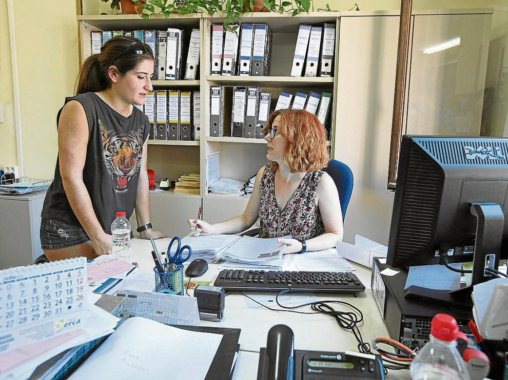 La estudiante de Medicina Marina Ceacero, en la secretaría de su facultad en Huesca.