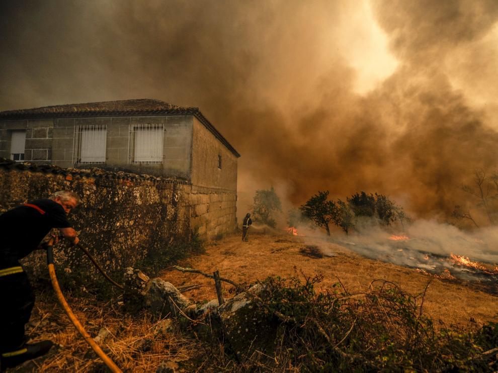 El incendio afecta principalmente a la parroquia de Palmés.