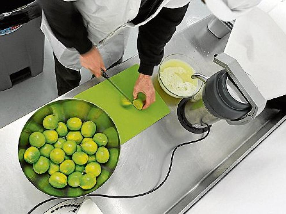 Zumo de limas natural para elaborar el sorbete de mojito.