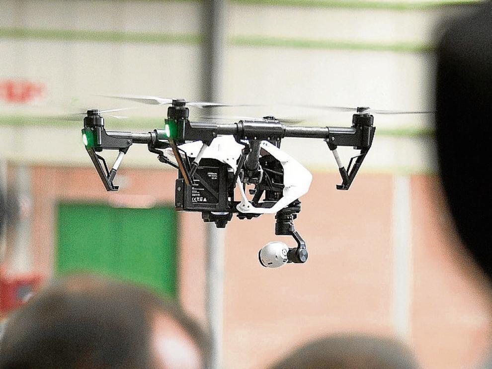 Un dron multirrotor sobrevuela la Feria de Zaragoza.