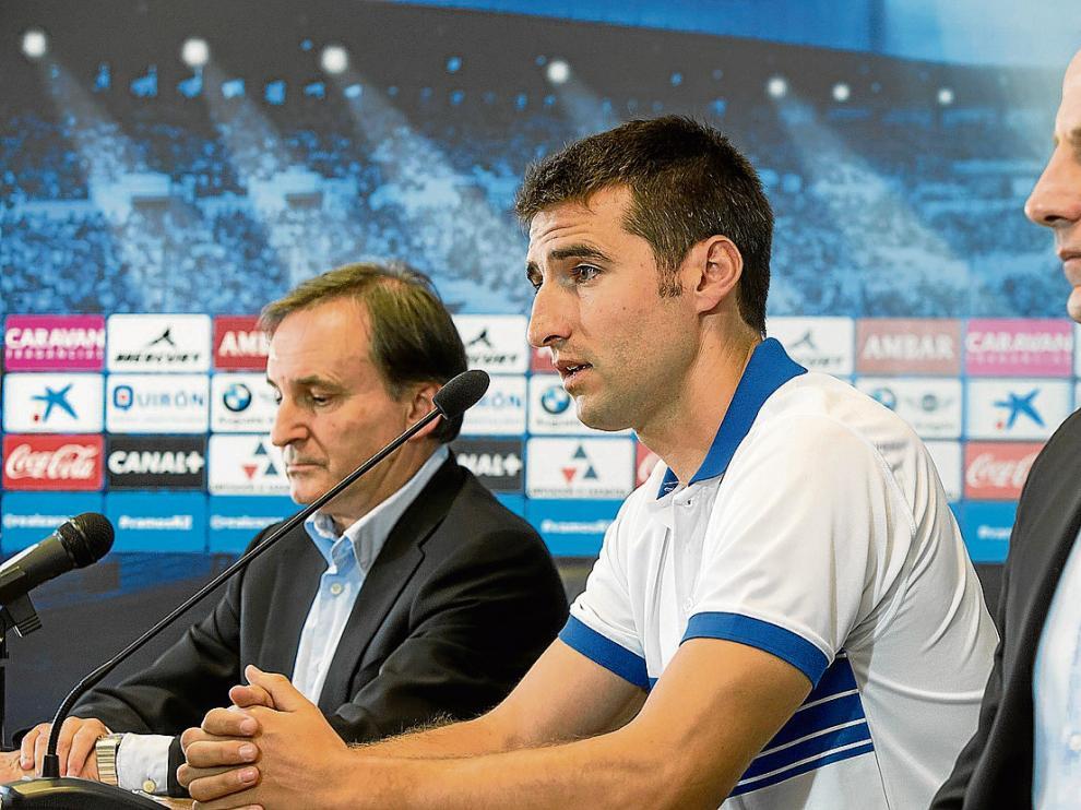 El consejero delegado Carlos Iribarren, el nuevo fichaje Marc Bertrán y el director deportivo Martín González.