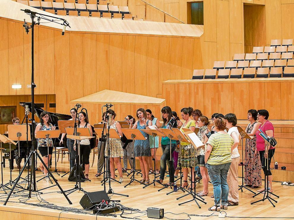 El coro aragonés Enchiriadis, durante la sesión de trabajo de ayer en la sala Mozart.