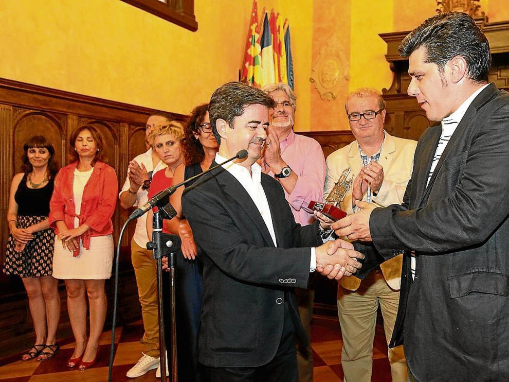 El alcalde de Huesca, Luis Felipe, y el presidente del Huesca, Fernando Losfablos, en el Ayuntamiento el pasado lunes.