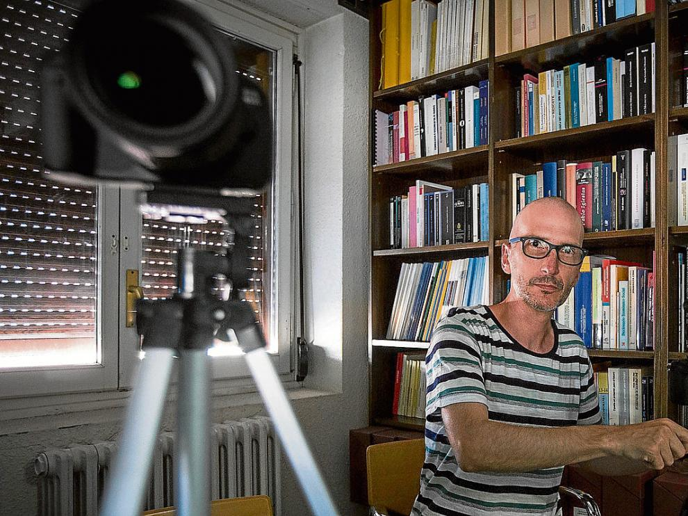 Pablo Lozano, ayer, preparando la grabación de una de las entrevistas del documental sobre el bucardo.