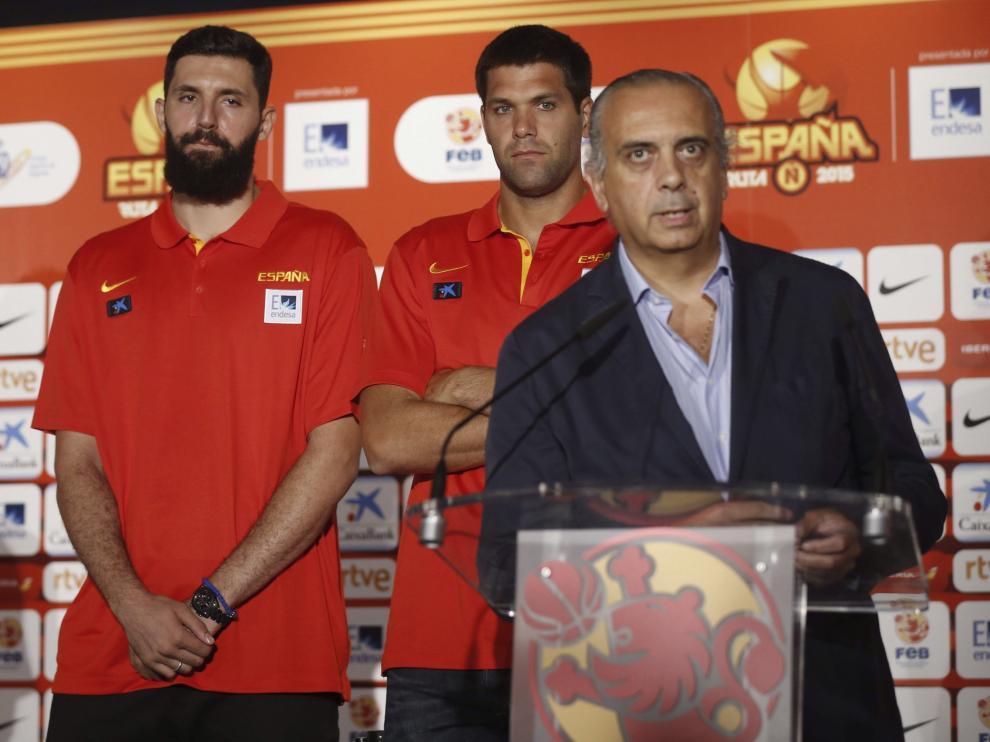 Nikola Mirotic (i) y Felipe Reyes (c) escuchan la intervención del presidente de la Federación Española de Baloncesto, José Luis Sáez.