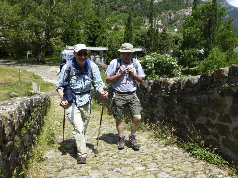 Dos peregrinos haciendo el Camino en una foto de archivo