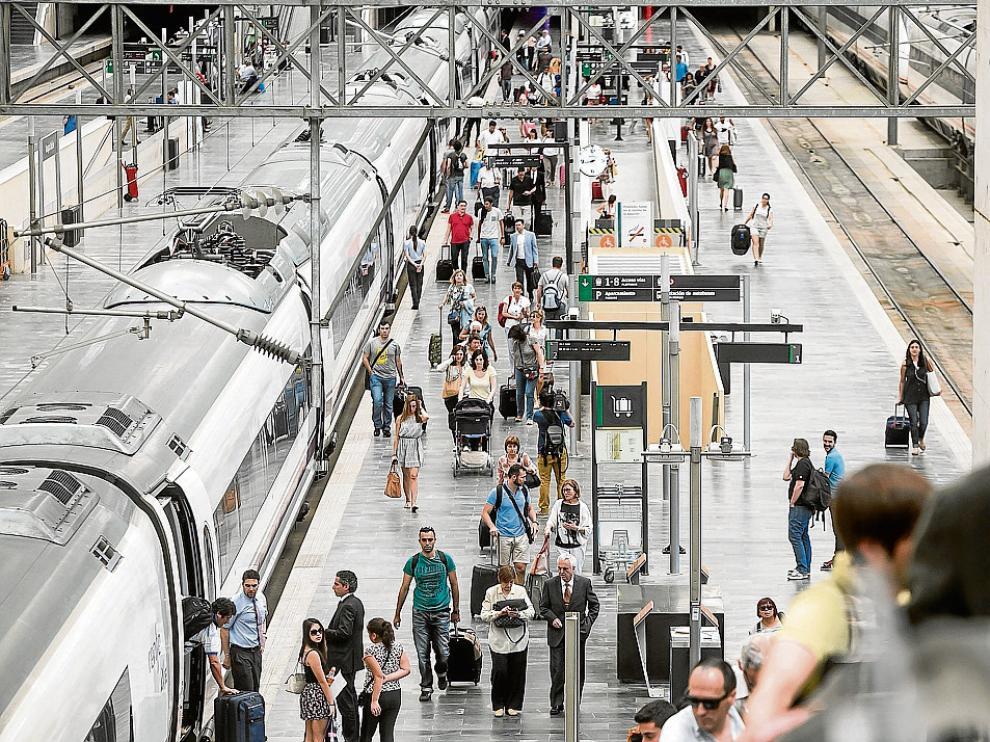 Imagen de la llegada de un AVE a la estación Delicias de Zaragoza a principios de junio.