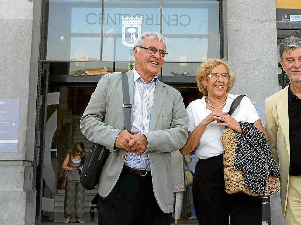 Los alcaldes Joan Ribó (Valencia), Manuela Carmena (Madrid) y Pedro Santisteve (Zaragoza) ayer en la madrileña plaza de Cibeles.