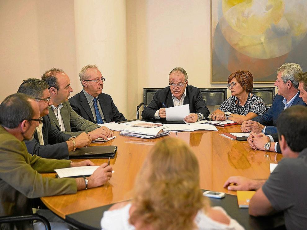 Una de las comisiones que se constituyeron ayer, presidida por Miguel Gracia.