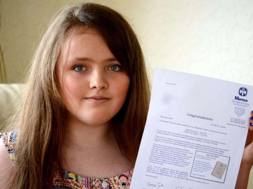 Fotografía de Nicole Barr y el certificado que acredita su CI publicada por el Mirror.