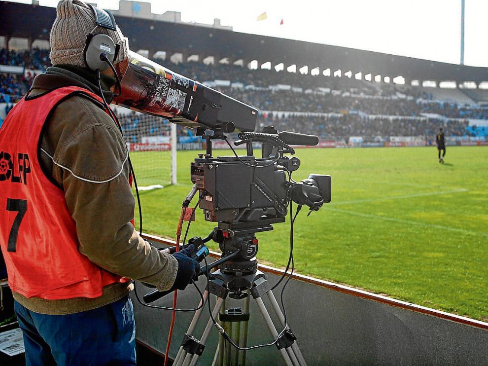 Un cámara de televisión, en la banda de La Romareda, en fotografía de archivo.
