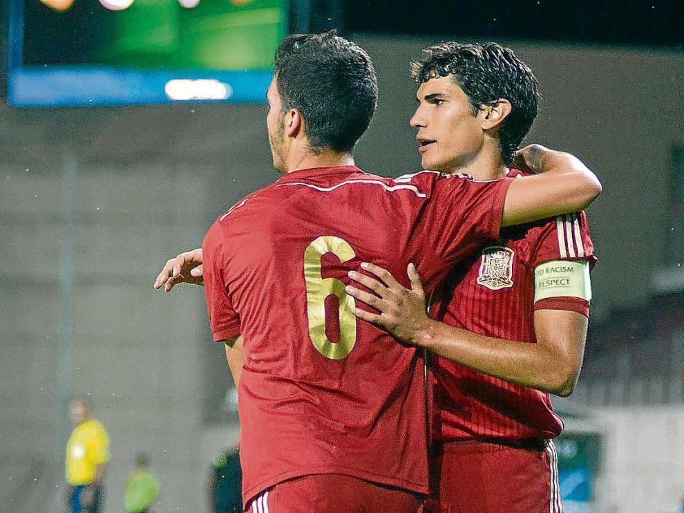 El zaragocista Jesús Vallejo (derecha) y Mikel Merino, con la selección española sub 19.