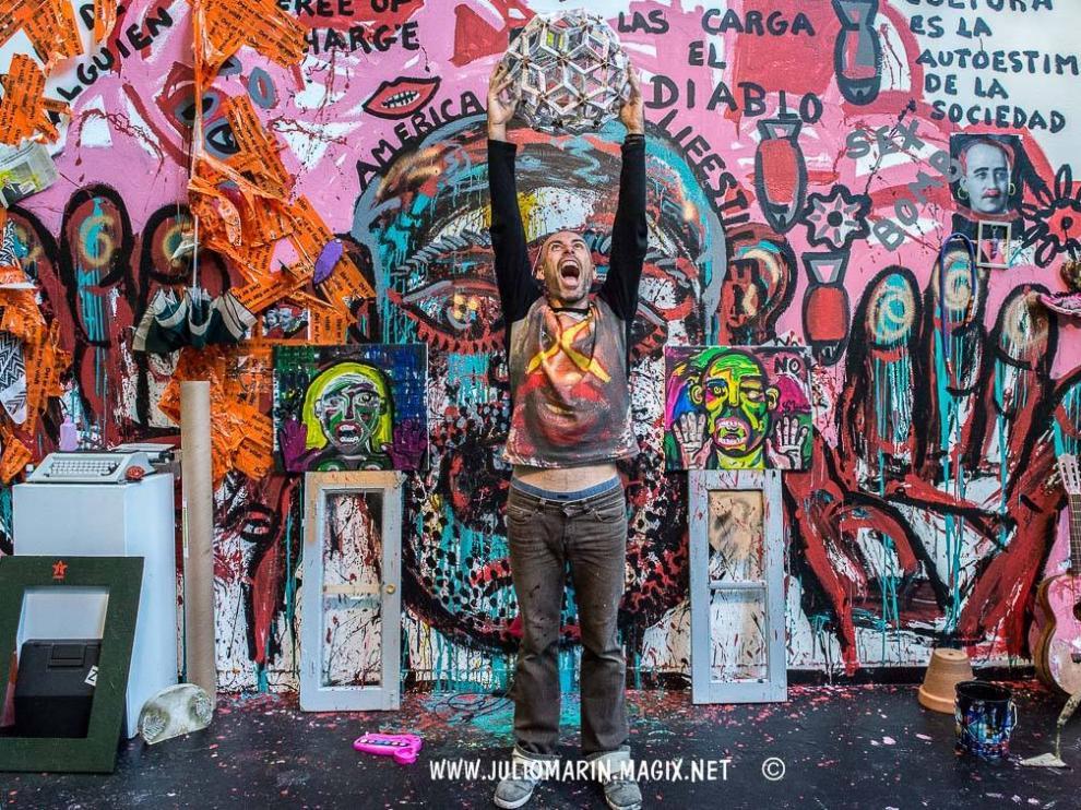 El artista y director del festival performance 'Out Of Mind', Sergio Muro, en una de sus obras