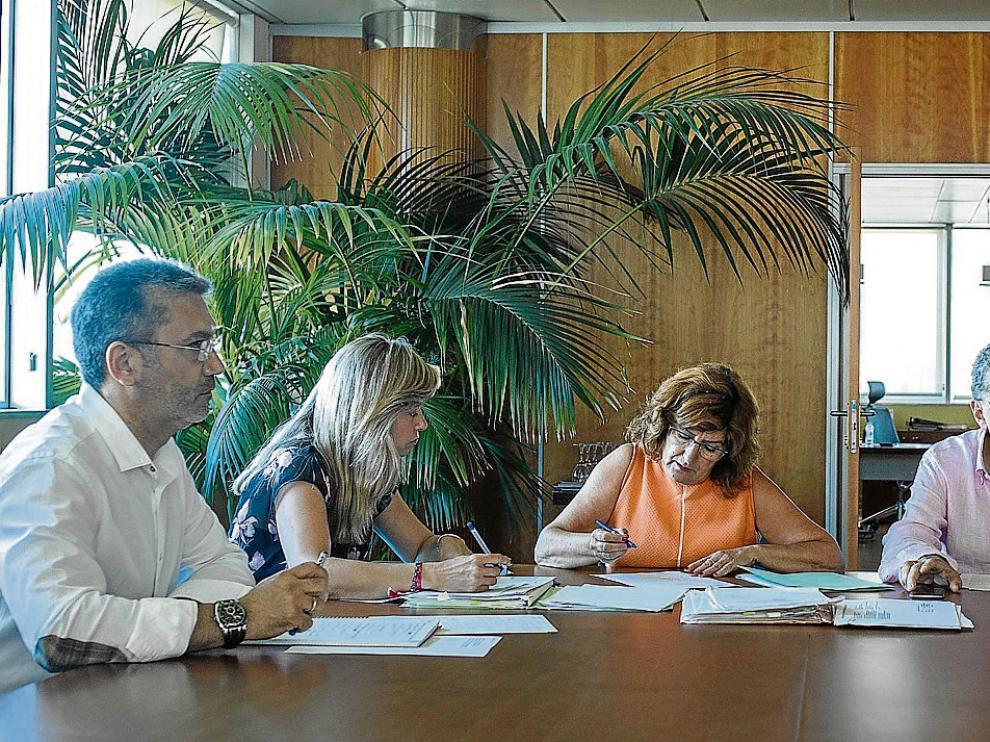 María Victoria Broto y Sebastián Celaya, en el centro, en la reunión en la que analizaron con los técnicos el expediente de la residencia.