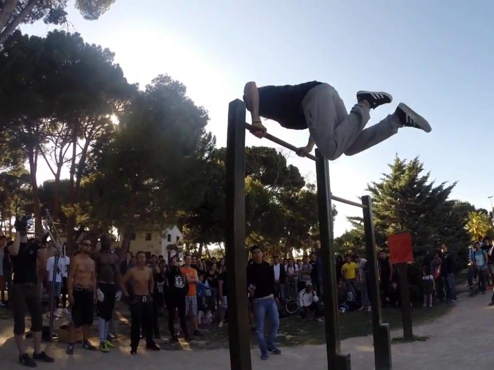 Una exhibición de 'street workout' en el Parque Grande José Antonio Labordeta de Zaragoza.