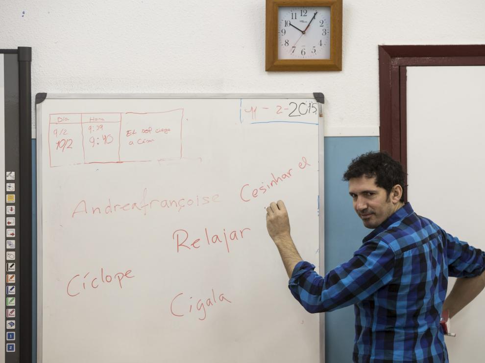 César Bona durante una de las clases en el CEIP Puerta Sancho.