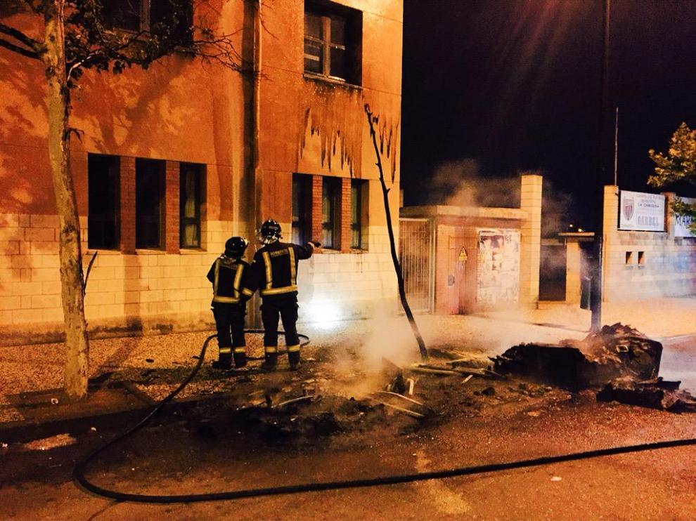 Los bomberos sofocan uno de los incendios en el barrio Oliver.