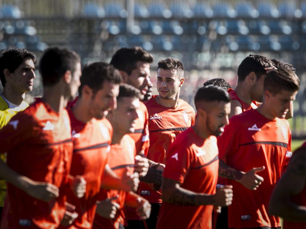 Los jugadores del Real Zaragoza, durante un entrenamiento