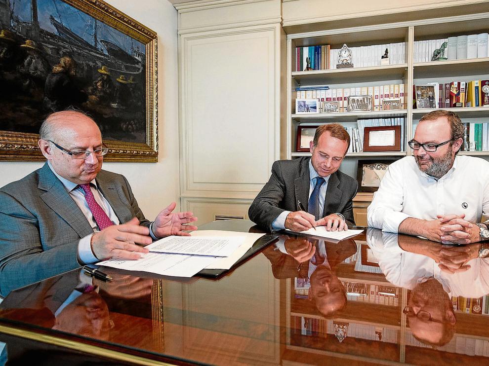 Christian Lapetra firma el documento de constitución, junto a Fernando Sainz de Varanda y en presencia del notario Honorio Romero.